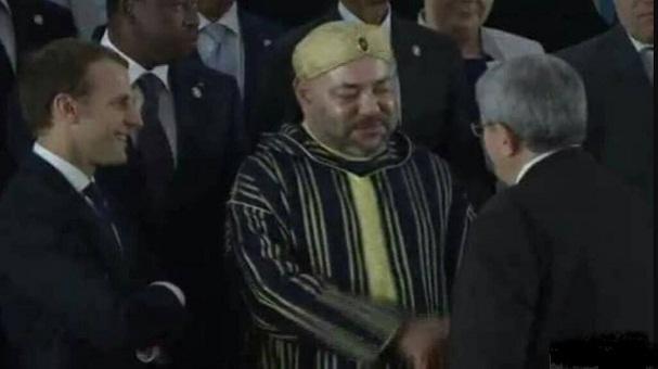بالفيديو.. مصافحة الوزير الأول الجزائري للملك تلفت الأنظار في أبيدجان