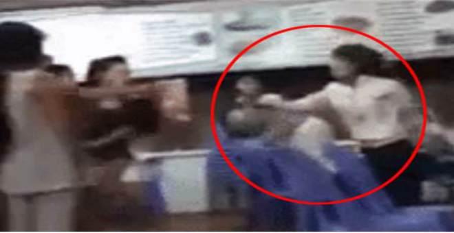 بالفيديو.. فتاة غاضبة تكسر الكؤوس على رأس صديقتها