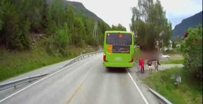 بالفيديو.. طفل ينجو من حادثة دهس بأعجوبة