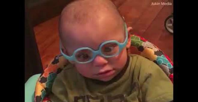 بالفيديو.. هكذا كانت ردة فعل طفل يرى والديه لأول مرة !