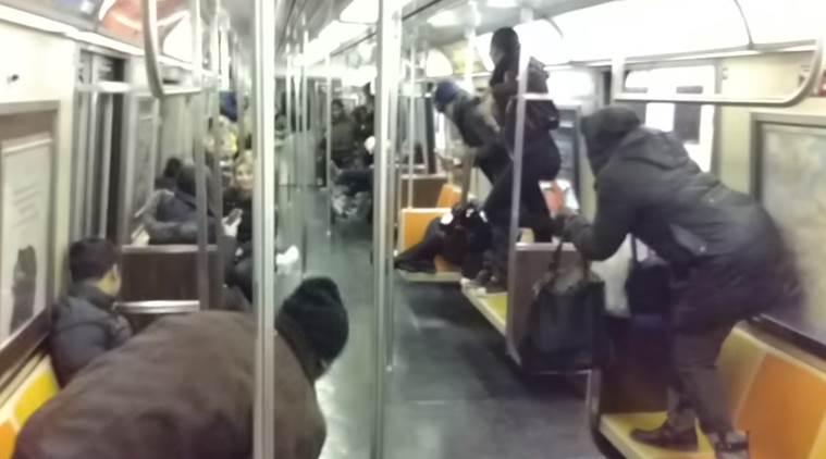 بالفيديو.. فأر يثير الرعب داخل عربة مترو