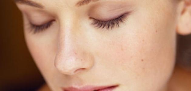 إن كنت تملكين بشرة دهنية.. إليك حلا طبيعيا للتعامل مع مشاكلك
