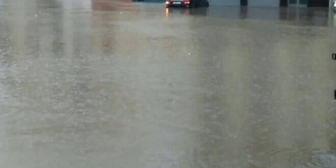 مواطنون يحرجون السلطات ويحتجون بالحجارة بسبب مياه الأمطار