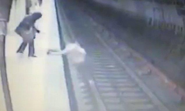 بالفيديو.. جريمة قتل فظيعة في محطة مترو