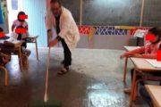 صورة لمعلم ينظف قسمه من الأمطار تلهب