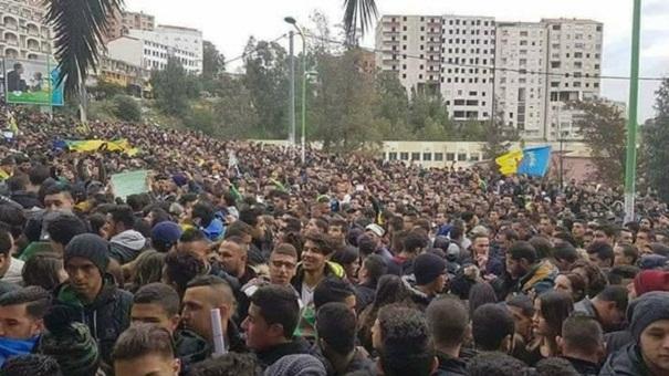 الجزائر.. توسع الاحتجاجات لتعميم اللغة الأمازيغية يؤدي إلى تعليق الدراسة