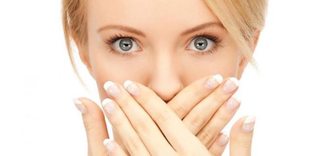 تخلصي من رائحة الفم الكريهة والتسوس بمكونات بسيطة وطبيعية