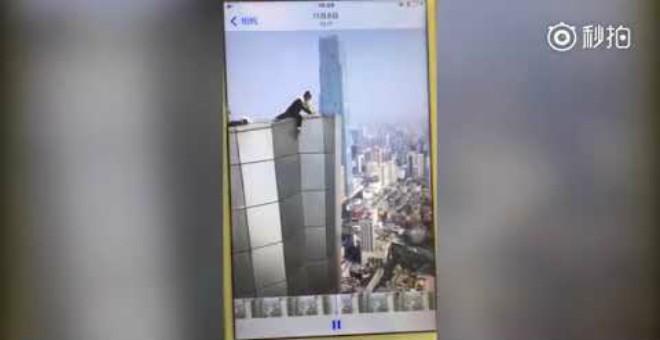 بالفيديو.. لحظة مروعة لسقوط شاب من الطابق الـ62