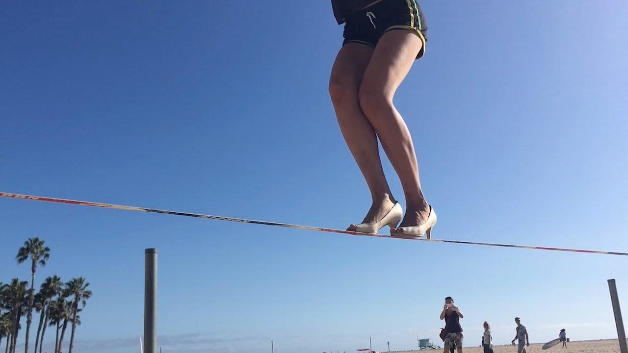 بالفيديو.. امرأة بالكعب العالي تستعرض مهاراتها