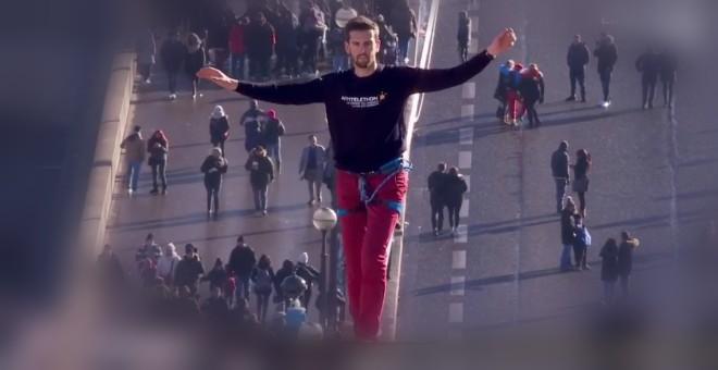 بالفيديو.. مغامر يقطع 700 متر في سماء باريس