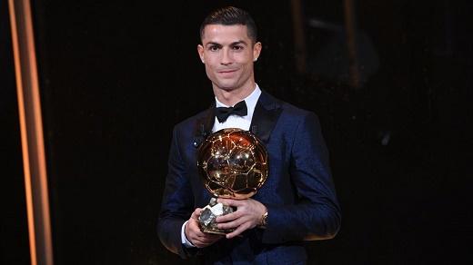 رنالدو يحصل على الكرة الذهبية ويعادل رقم ميسي