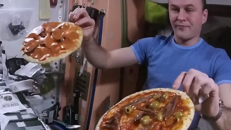 بالفيديو...هكذا يتم تناول البيتزا في الفضاء الخارجي