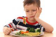 إليك 6 نصائح ذهبية لتشجيع طفلك على تناول الطعام الصحي
