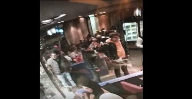 بالفيديو.. سرقة فتاة بطريقة محترفة في مطعم مزدحم