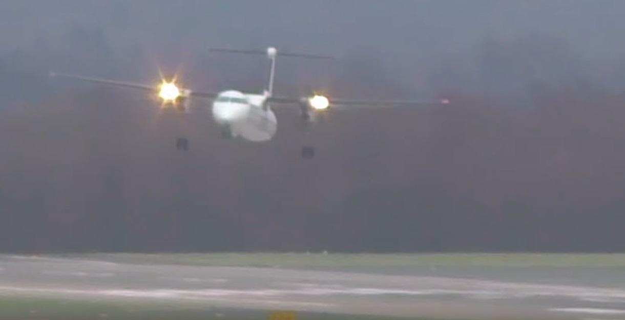 بالفيديو.. طيار يهبط وسط رياح شديدة ويتفادى كارثة
