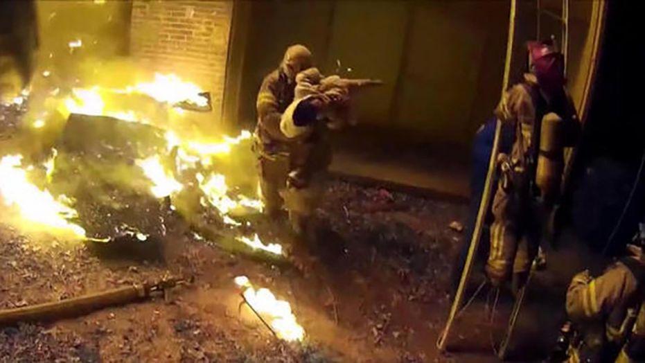 بالفيديو.. رجال إطفاء ينقذون طفلة بإلقائها من الطابق الثالث