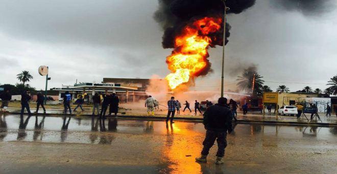 بالفيديو.. رجل يضرم النار بمحطة وقود و كاميرات المراقبة تصطاده