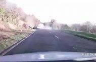 بالفيديو... انقلاب سيارة على طريق جبلي