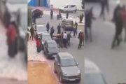 بالفيديو.. قائد يعنف بائعا متجولا في الشارع العام