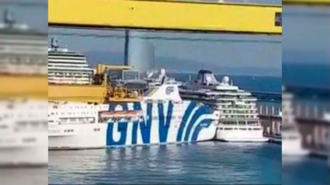بالفيديو.. خطير.. اصطدام سفينة سياحية بعبارة بحرية