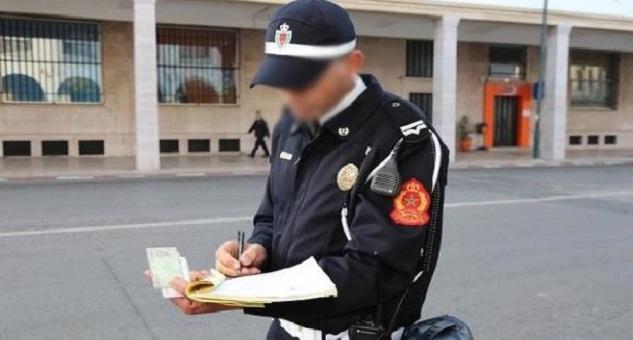 صور لشرطي يحرر مخالفة لزمليه بالشاون تلهب