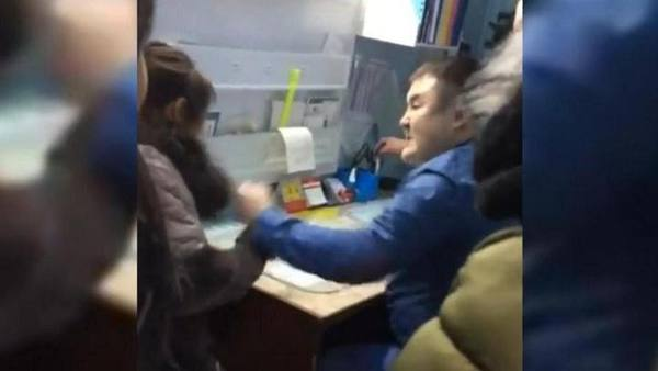 بالفيديو.. طبيب يعتدي بالضرب على مريضة في المستشفى