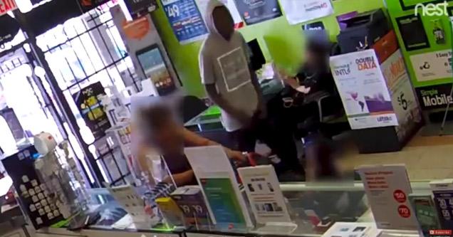 بالفيديو.. موظفة تسلم لصا للشرطة بطريقة ذكية