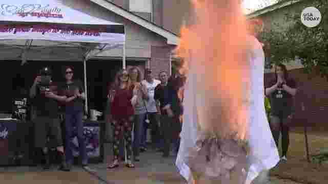 بالفيديو.. امرأة تحتفل بطلاقها على طريقتها الخاصة
