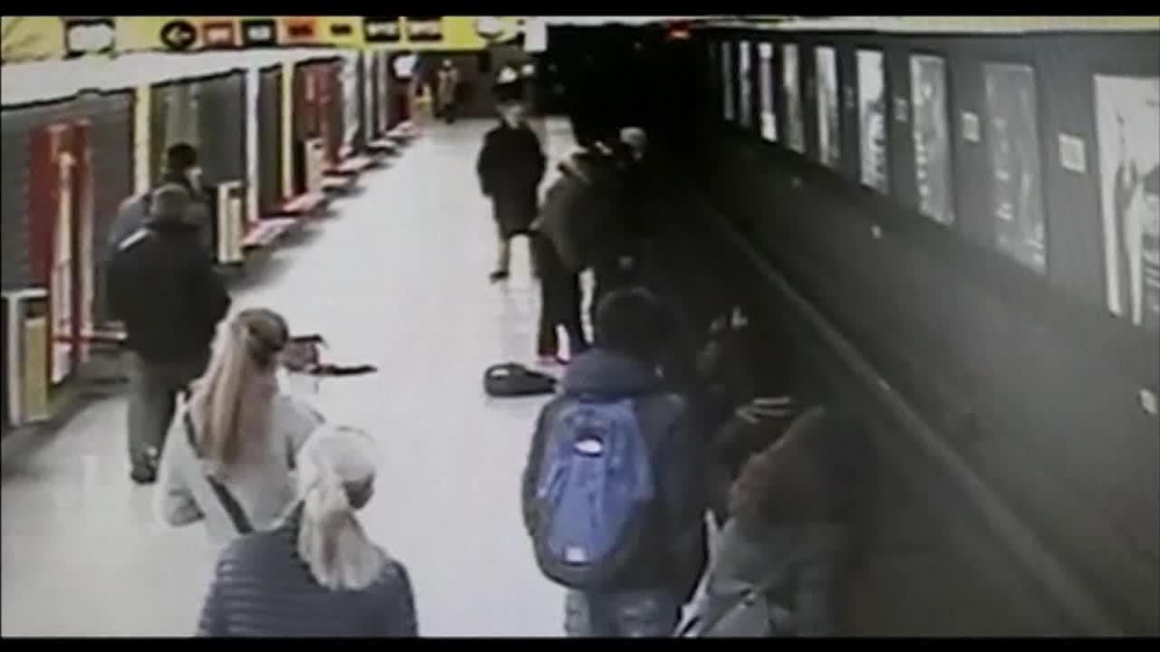 بالفيديو.. بطل ينقذ طفلا قفز بين قضبان القطار لحظات قبل وصوله