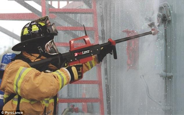 بالفيديو... مسدس مائي يخترق الفولاذ والإسمنت والزجاج المضاد للرصاص