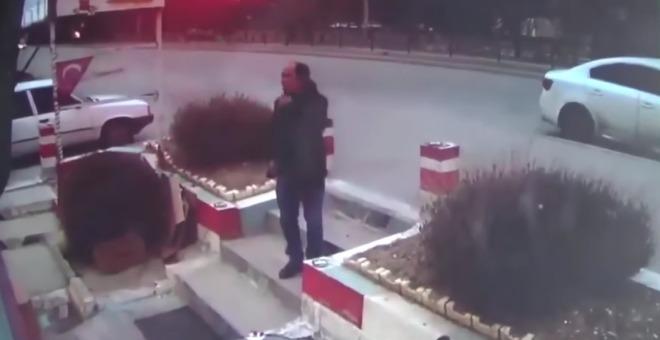 بالفيديو.. لحظة مصرع رجل بطريقة مروعة بسبب سيجارة