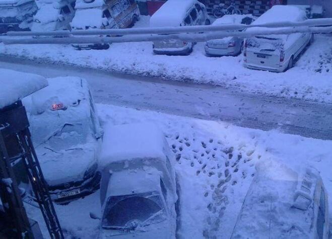 الثلوج تحاصر عدة مناطق وتغلق ممر تيشكا مجددا