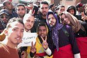 بالفيديو.. شباب يحتجون أمام الأنابيك بالقنيطرة بلباس النساء