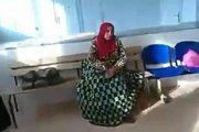 بالفيديو.. سيدة تلد فوق كرسي متحرك بعد أن رفض الممرضات العناية بها