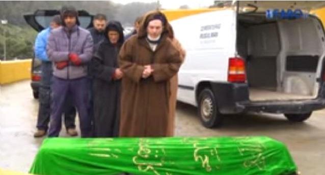 مسلمو سبتة المحتلة يقيمون صلاة الجنازة على مغربي مجهول الهوية