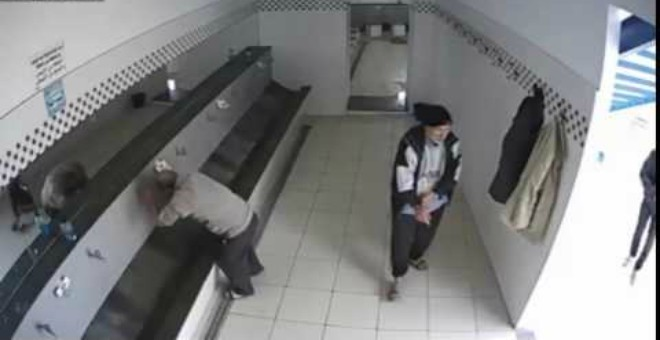 بالفيديو.. كاميرا تفضح لص يسرق محتويات معاطف المصلين بطريقة ماكرة