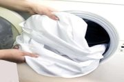 إكتشفي طريقة بسيطة جدا لإزالة البقع المتسخة من الملابس!