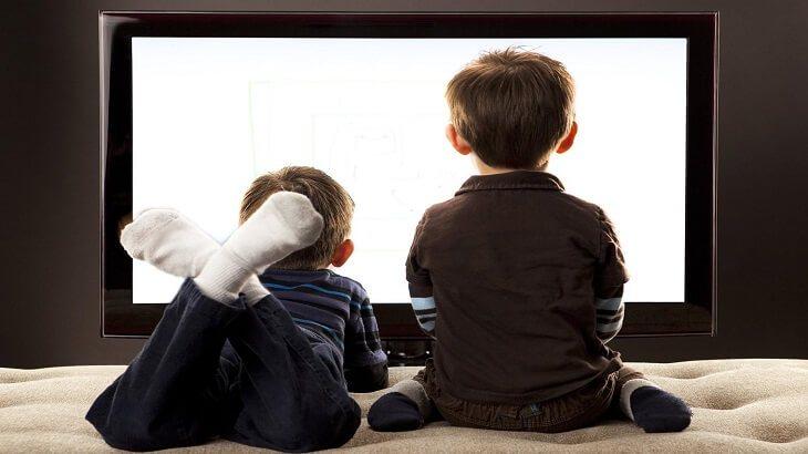 اتبعي هذه النصائح للتقليل من جلوس طفلك أمام التلفزيون !