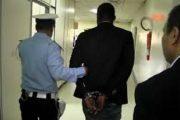 اعتقال مهاجر إفريقي يزعم تحويل أوراق سوداء إلى مبالغ من العملة الأجنبية