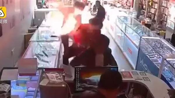 بالفيديو.. انفجار هاتف على بعد سنتيمترات من وجه المستخدم