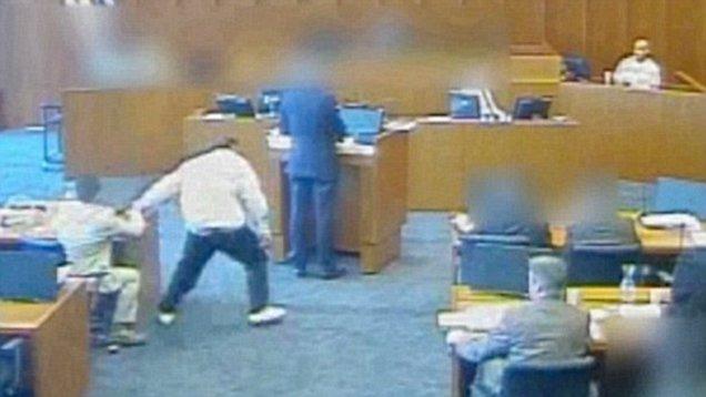 بالفيديو.. متهم يحاول قتل شاهد بواسطة قلم داخل المحكمة!