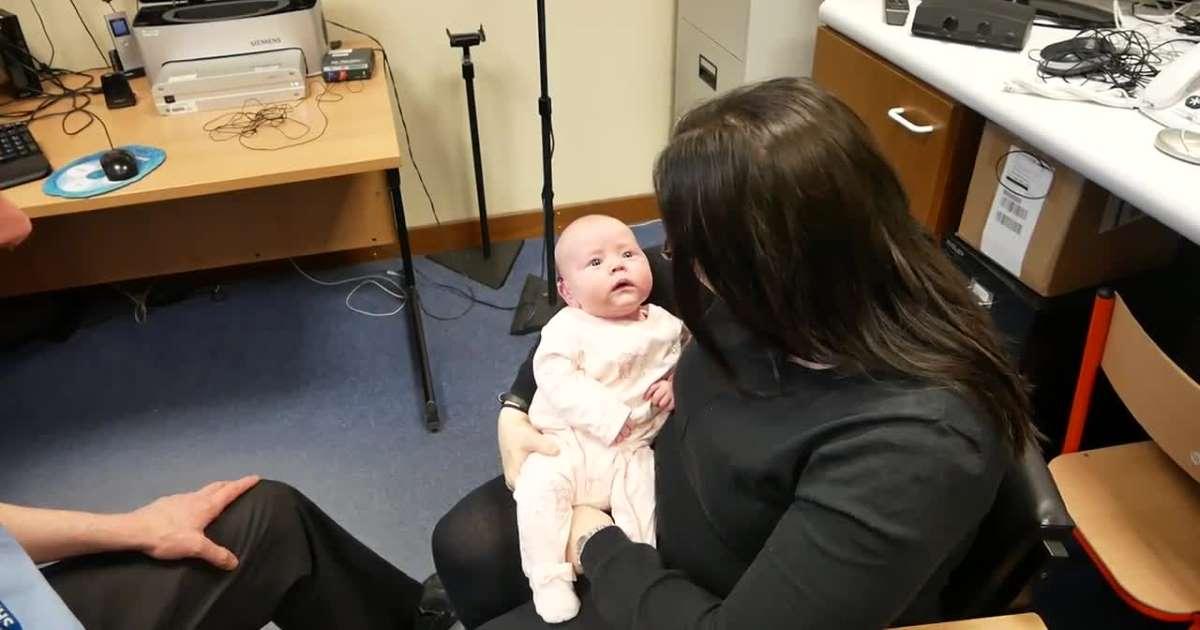 فيديو مؤثر..رد فعل طفلة سمعت صوت والدتها للمرة الأولى