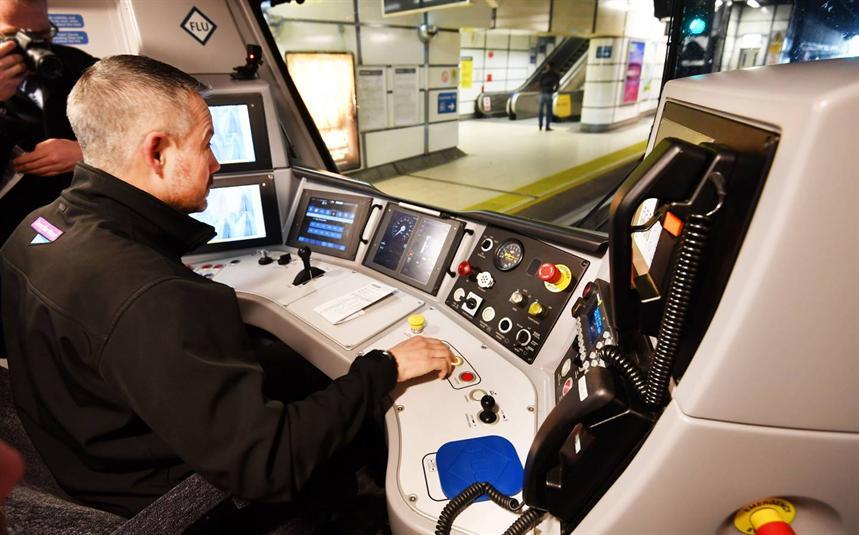 أول قطار ذاتي القيادة يشرع بنقل الركاب في هذا البلد !!