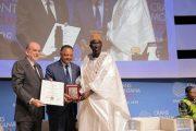 تسليم جائزة مؤسسة