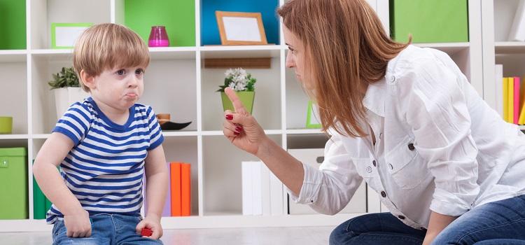 مجموعة من التصرفات عليك تجنبها في تعاملك مع طفلك