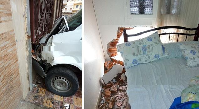 طنجة..حافلة لنقل العمال تهدم بيتا على رأس أصحابه