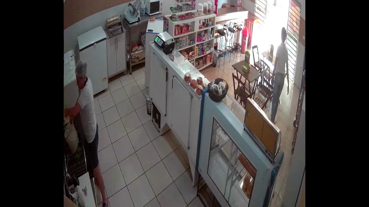 بالفيديو.. امرأة شجاعة تنقذ محلا من السرقة بهذه الطريقة