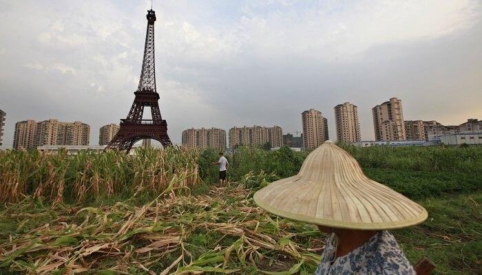 بالفيديو.. بفعل الرياح العاتية.. هذا ما حصل لبرج إيفل الصيني !