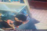 بيدوفيل يداعب جنسيا طفلة في محل تجاري و المواطنون يدخلون على الخط