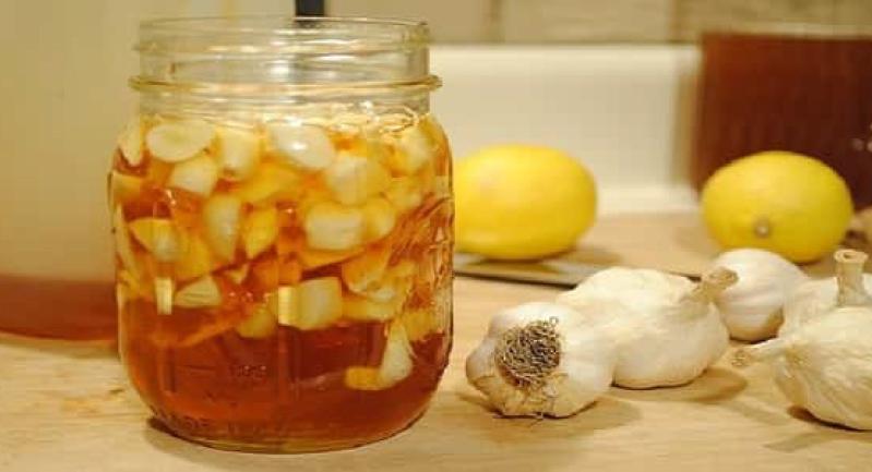فوائد مذهلة لتناول العسل والثوم على معدة فارغة